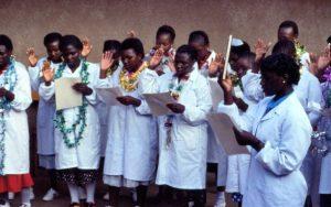 La remise du diplôme pour celles ayant fait l'école du laboratoire.