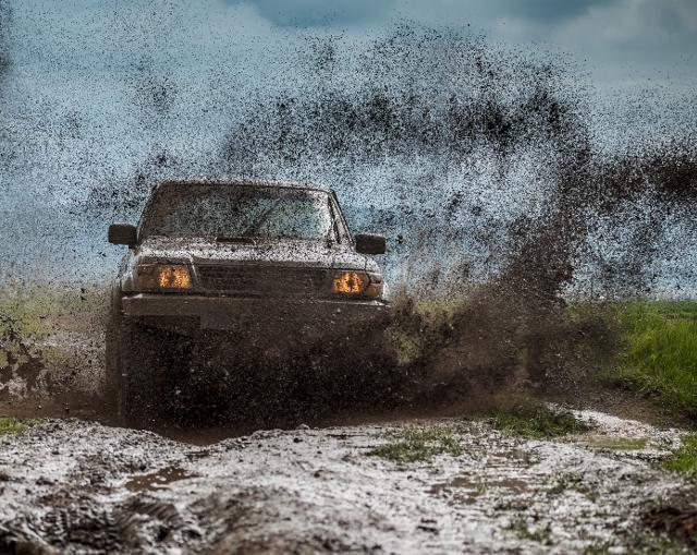 Véhicule dans la boue